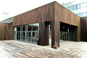 100 % bæredygtige facadeløsninger med brandsikrede og vedligeholdelsesfrie trælameller