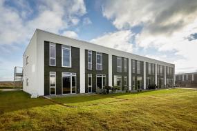 2-Trinstættet facade med kombination af puds- og teglskaller