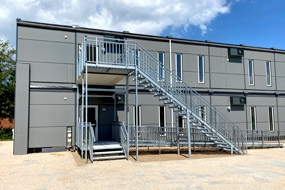 820 m2 midlertidige skolemoduler klar på 18 dage