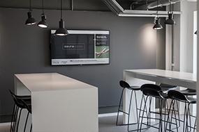 Akustiske paneler, der er skræddersyet til mødelokaler med av-udstyr