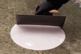 En farvet, cementbaseret belægning til altaner og svalegange