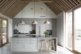 Klassisk køkken i moderne træhus ved havet